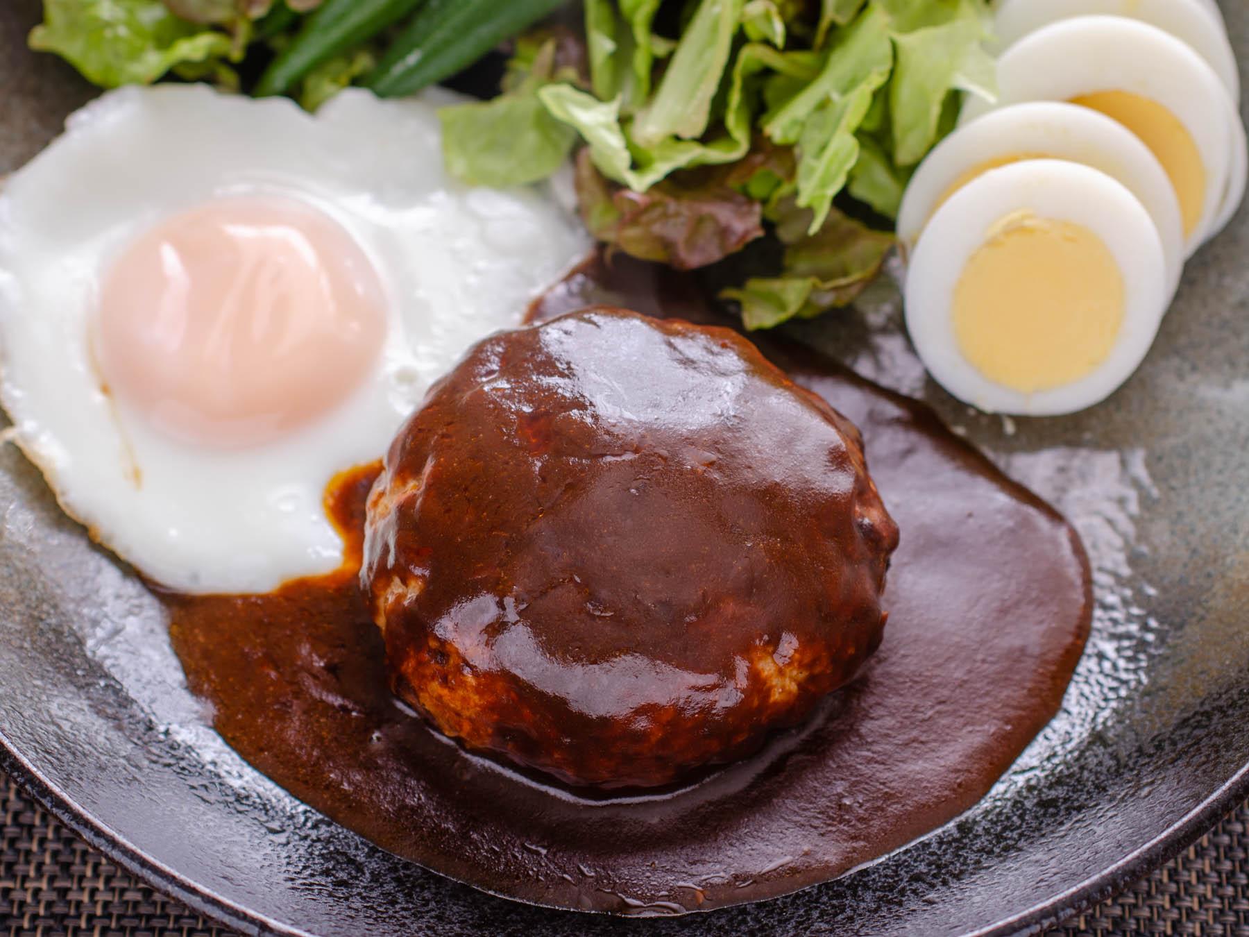皿に盛り付けた味の素「洋食亭」ハンバーグ 撮影:NIKON D7000 + SIGAMA 50mm