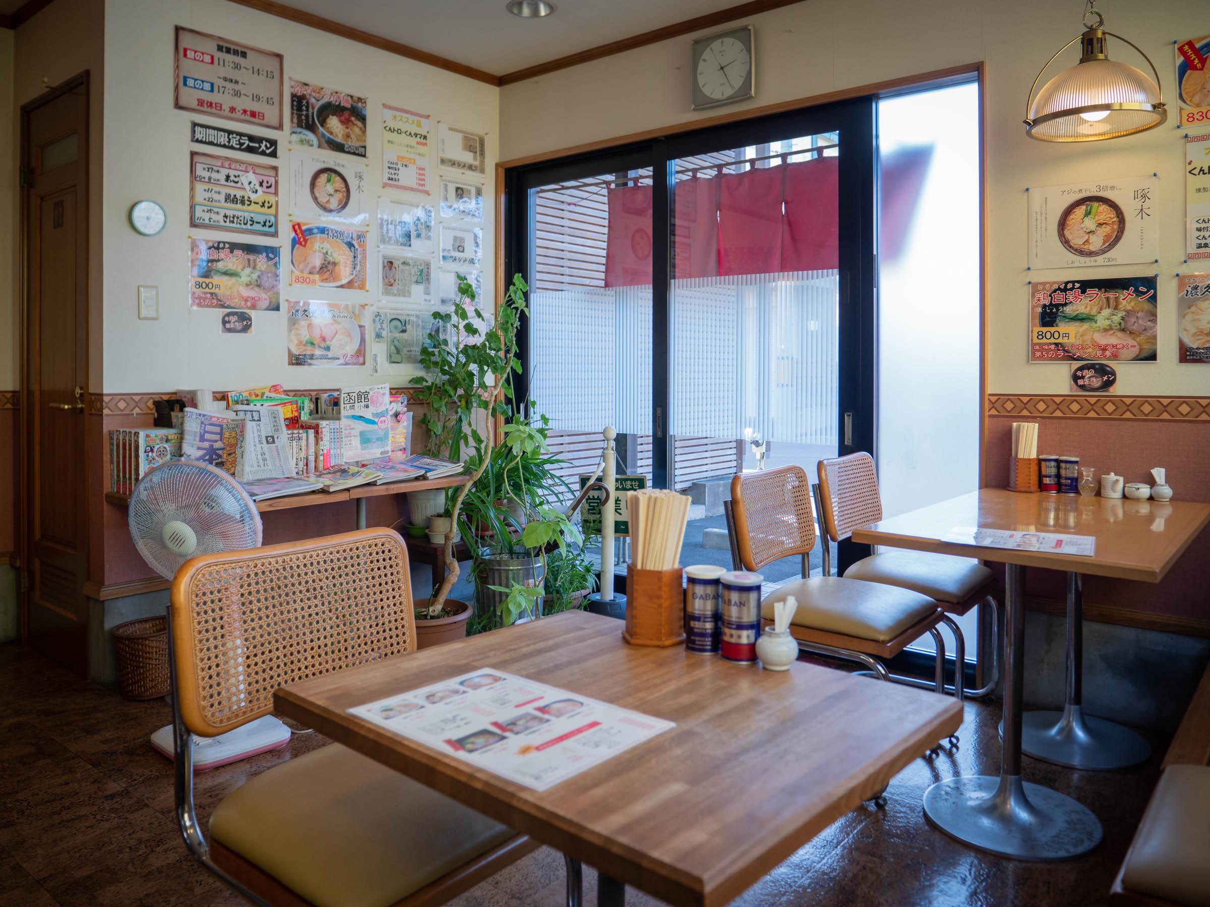 麺つるつる亭の店内(出入口側) DMC-GX8 + LEICA DG 12-60mm
