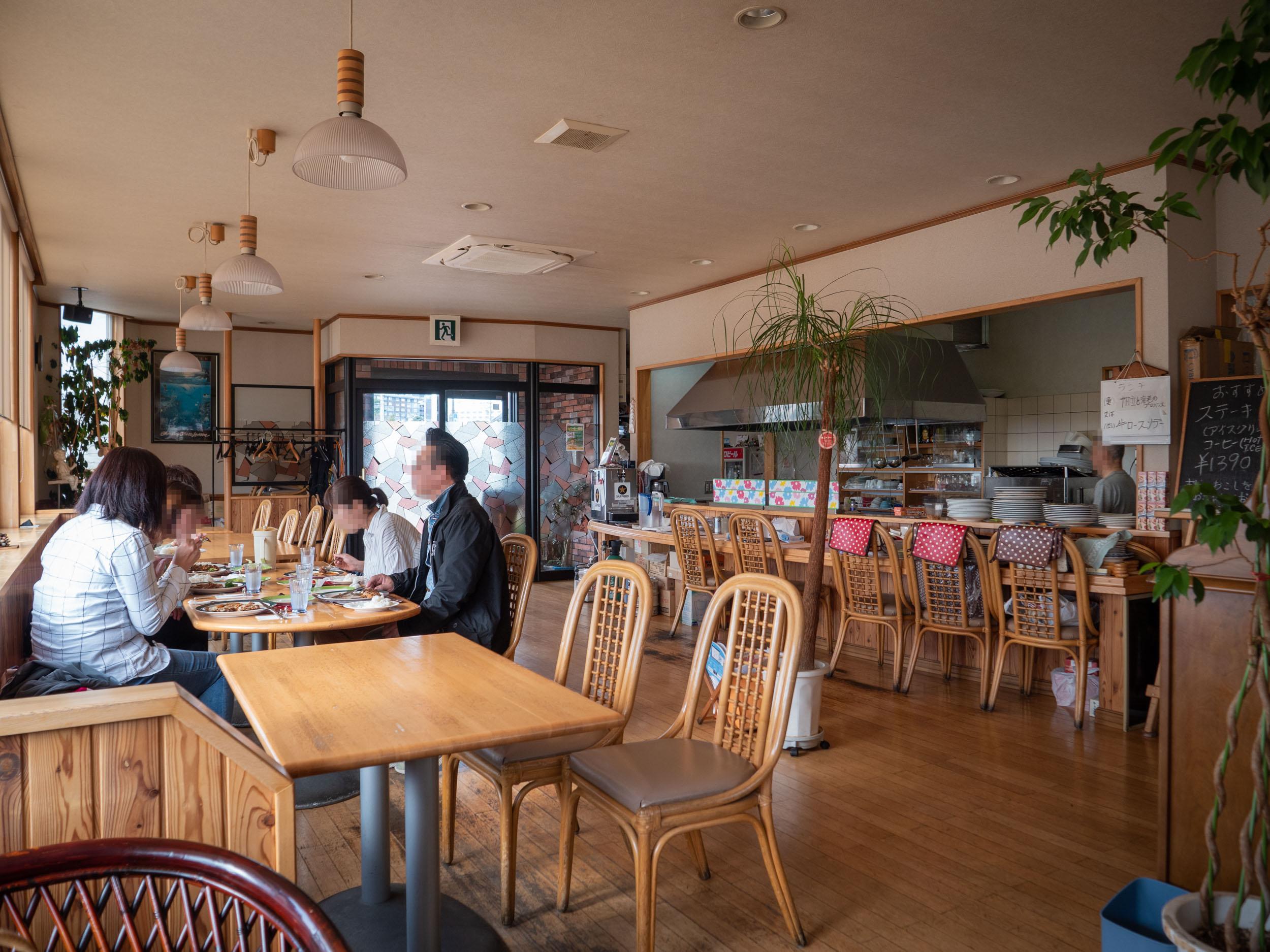 函館市湯の川の洋食店「エル・アペティ」の店内 DMC-GX8 + LEICA DG 12-60mm