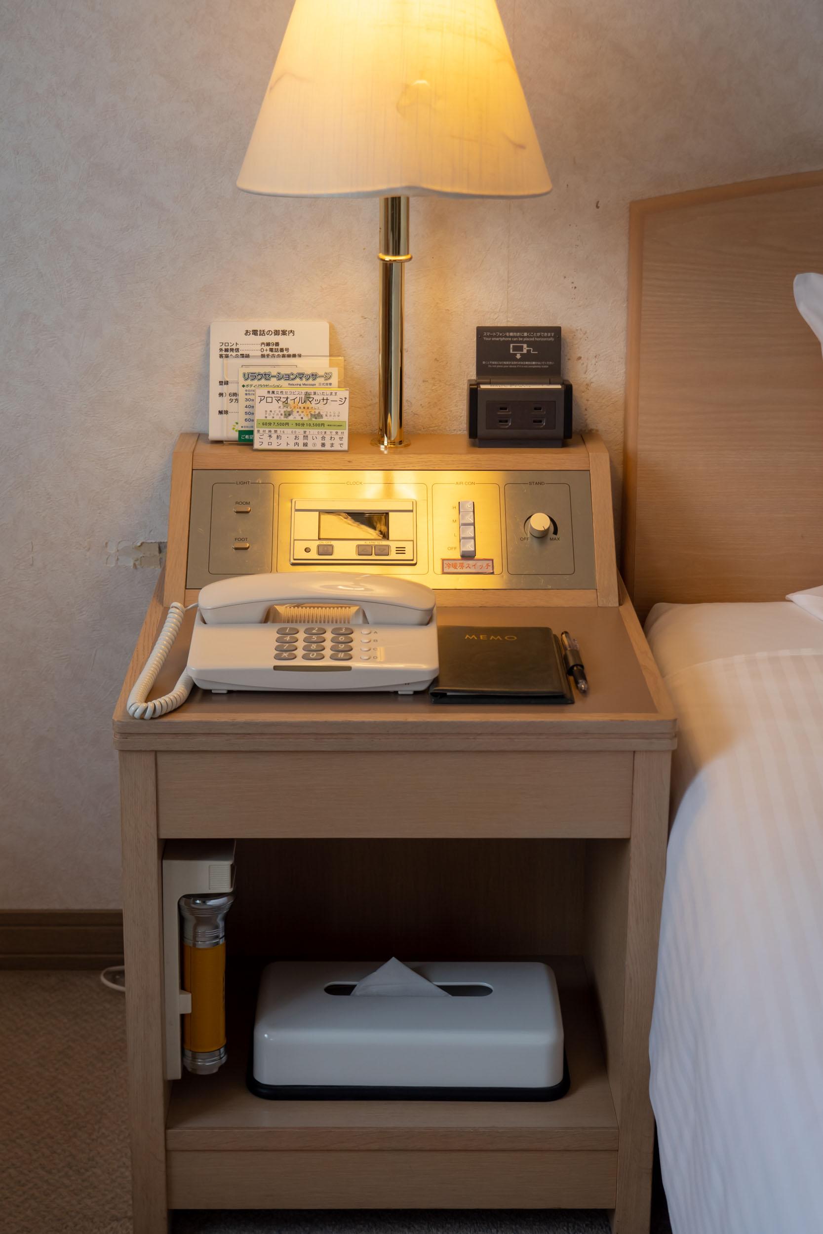 札幌第一ホテルのベッドサイドデスク DMC-GX8 + LEICA DG 12-60mm