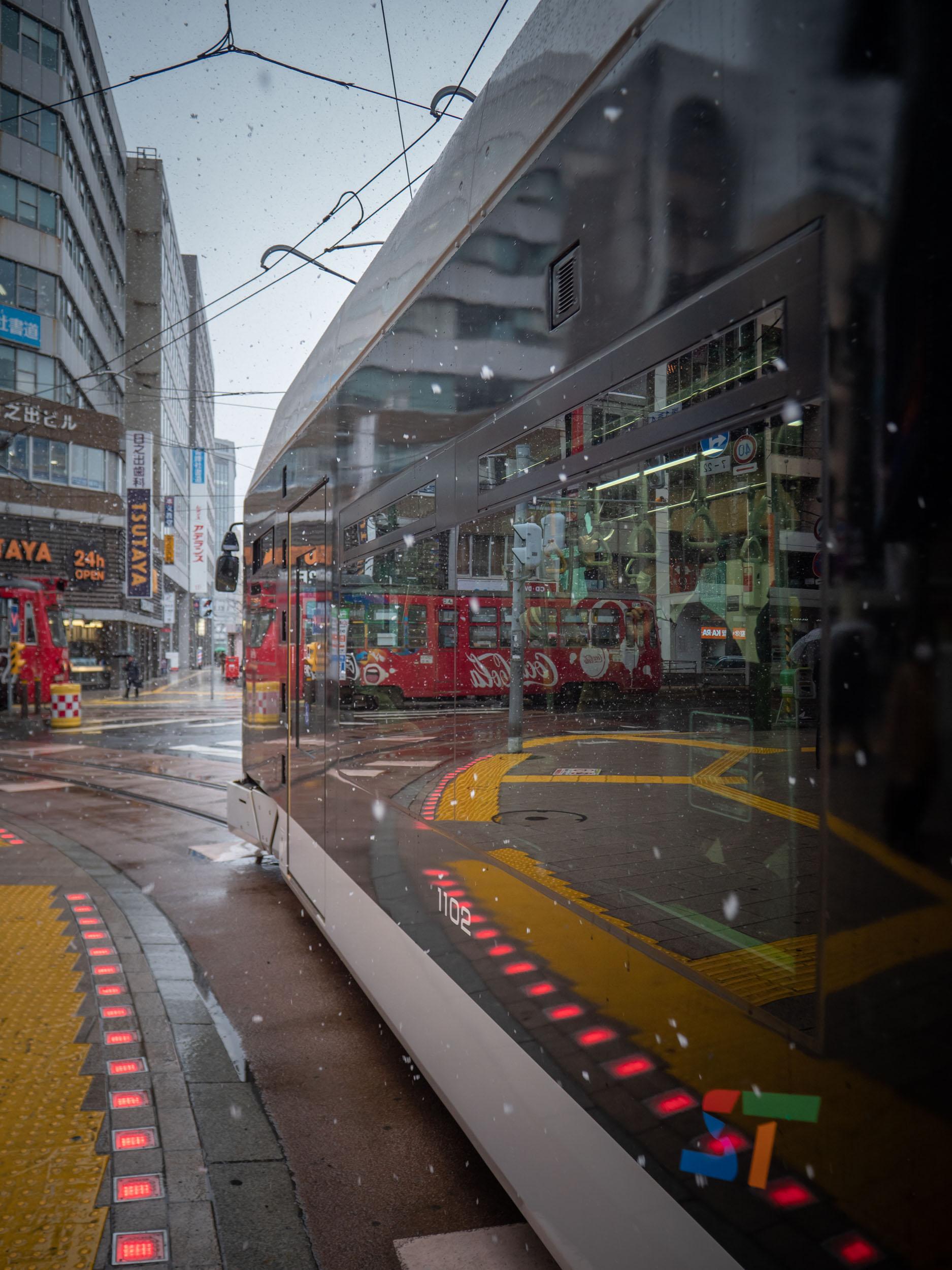 すすきの電停を出る札幌市電1100形シリウス1102号車 DMC-GX8 + LEICA DG 12-60mm