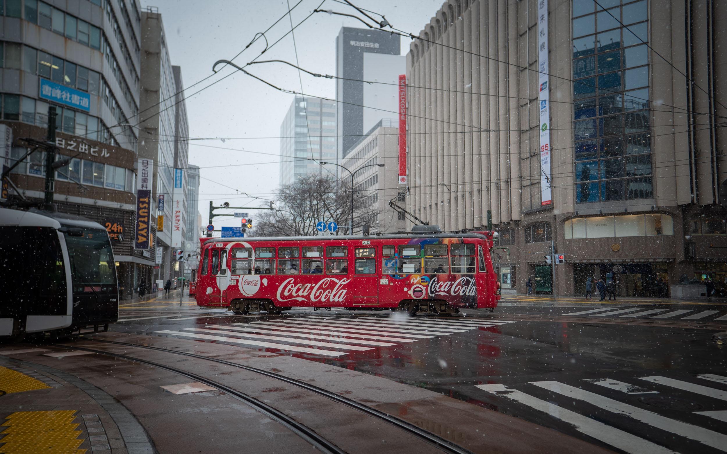 すすきの交差点を行く札幌市電 DMC-GX8 + LEICA DG 12-60mm