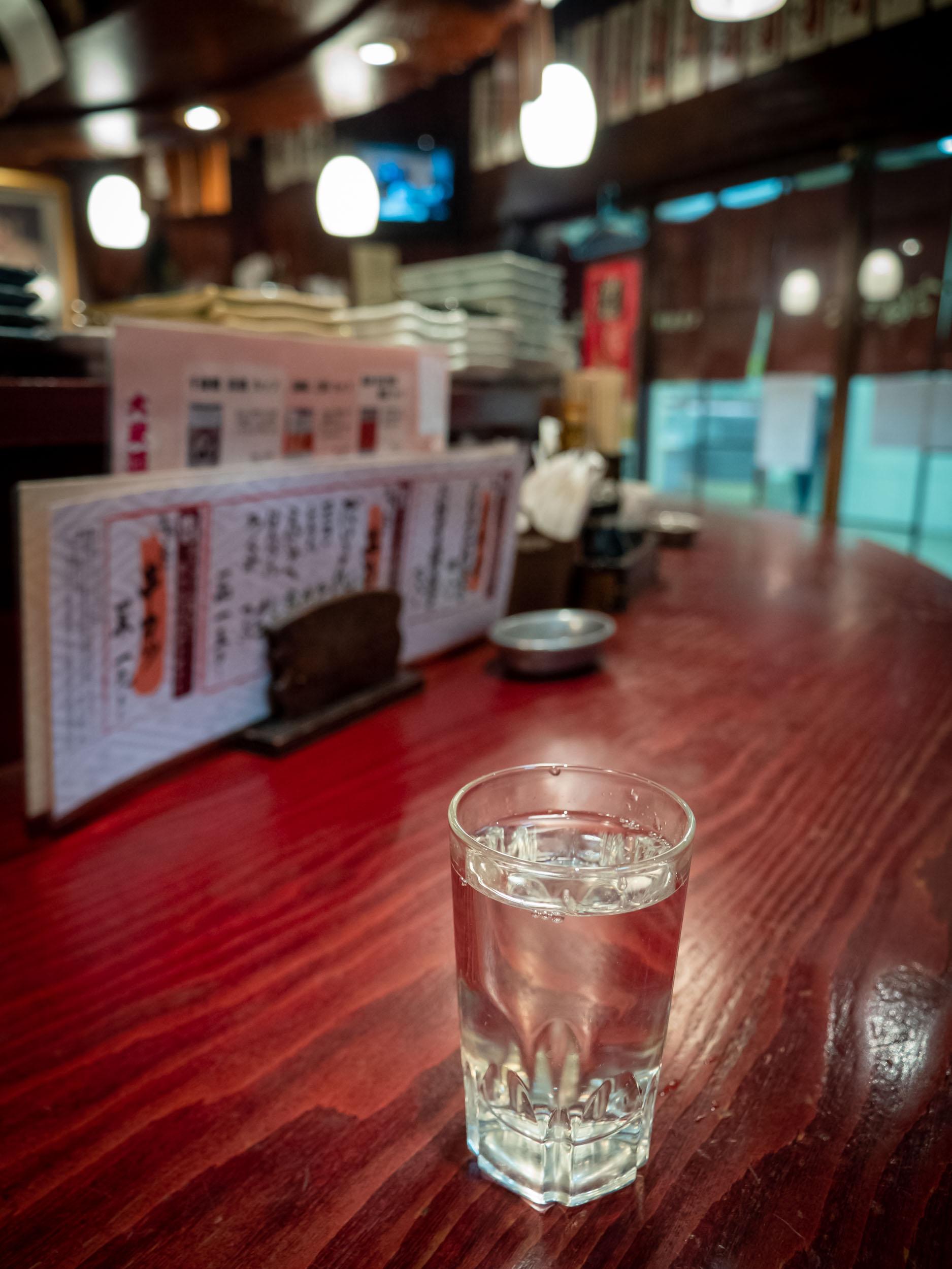 大衆酒場まねき屋 本店のカウンターと日本酒 DMC-GX8 + LEICA DG 12-60mm