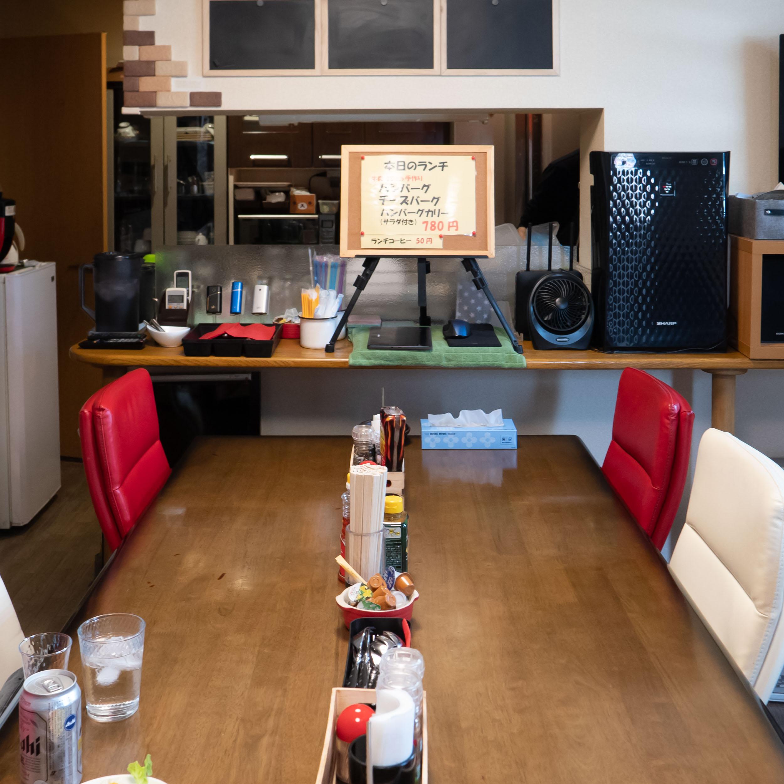 カレーとハンバーグ「GG&バーグ」の店内<br> DMC-GX8 + LEICA DG 12-60mm