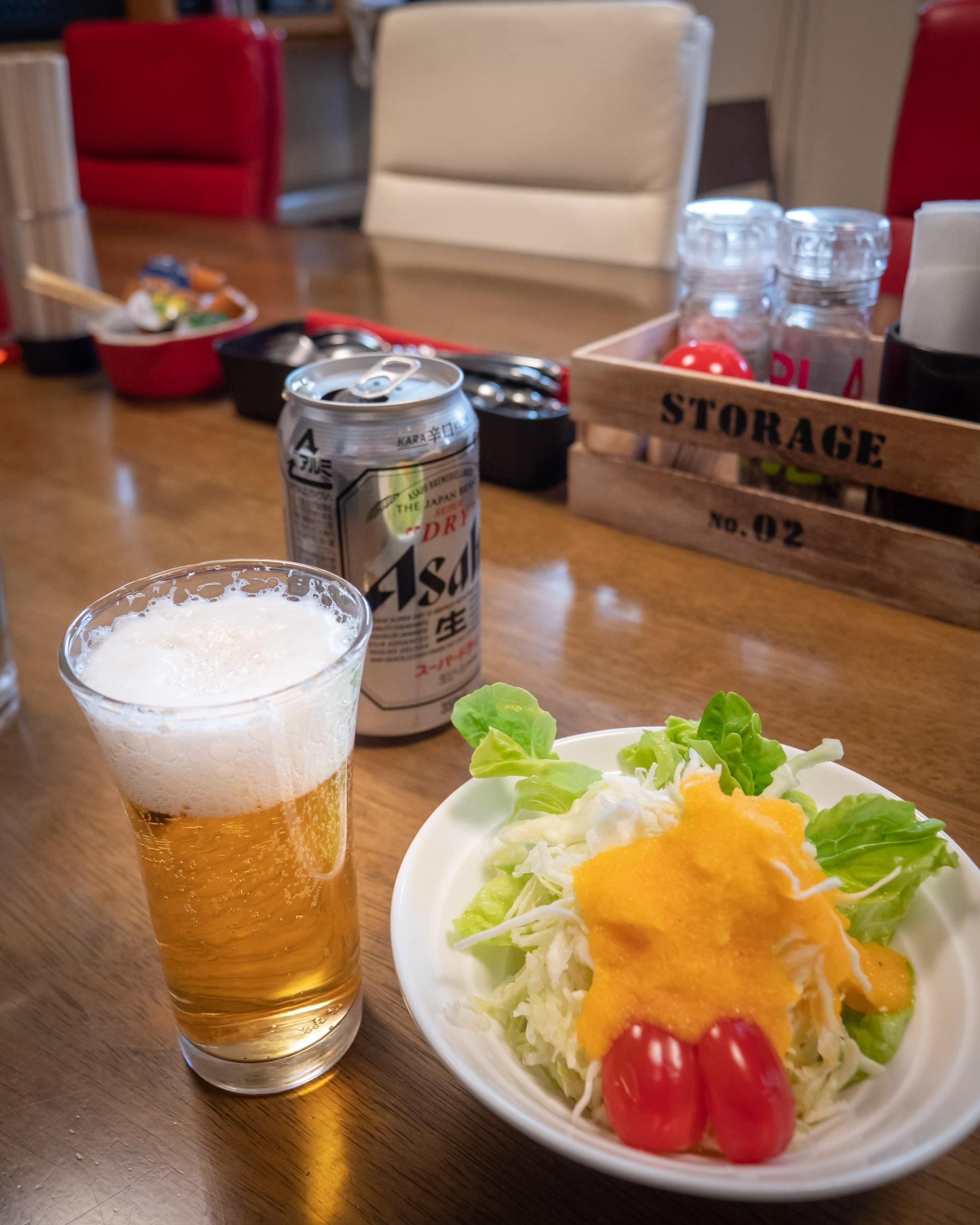 GG&バーグ セットのミニサラダと缶ビール350円<br> DMC-GX8 + LEICA DG 12-60mm