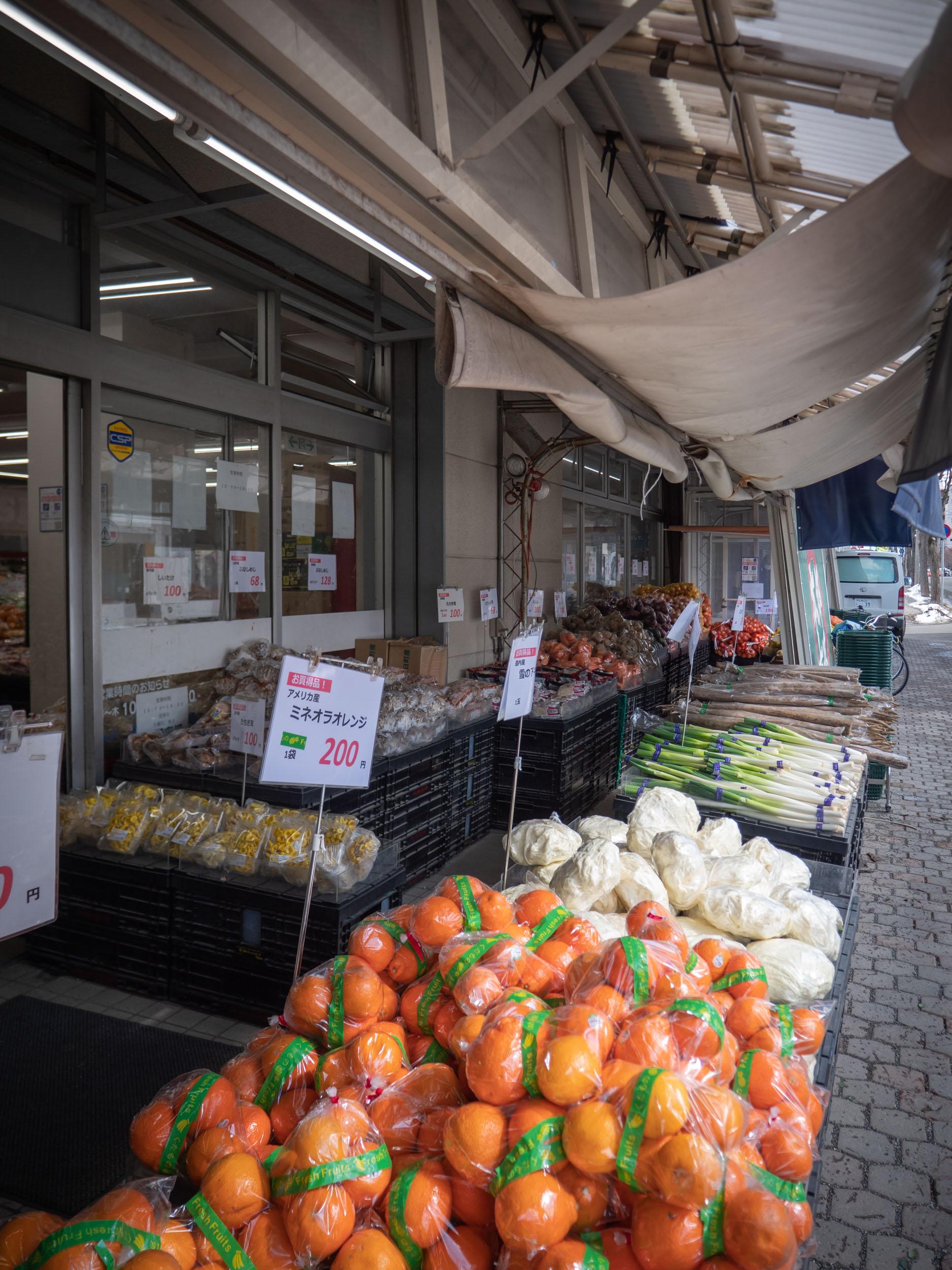 深澤青果 本郷市場店の店頭販売コーナーに並ぶ果物や野菜 DMC-GX8 + LEICA DG 12-60mm