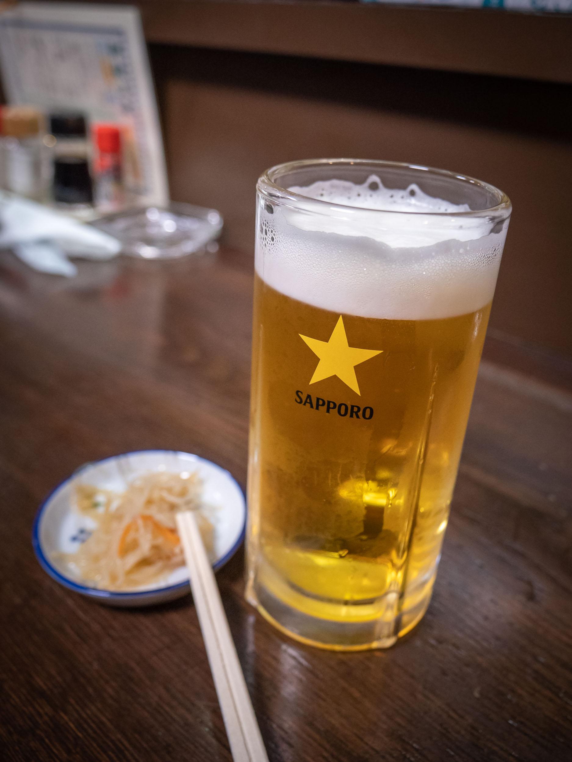 札幌市中央区南5条西3丁目地下「やき鳥 金富士」の生ビール470円 DMC-GX8 + LEICA DG 12-60mm