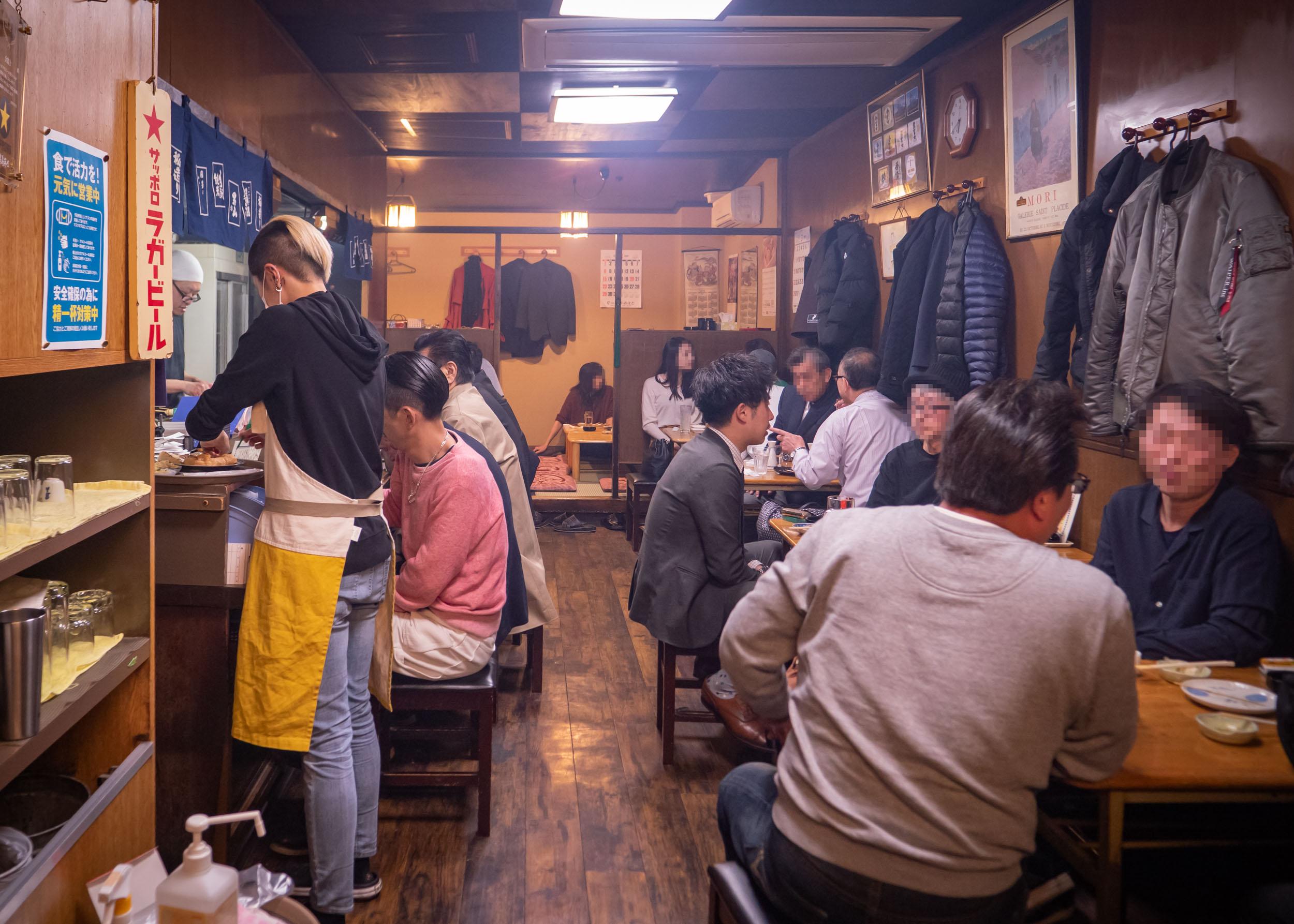ススキノの「やき鳥金富士」店内の盛況 DMC-GX8 + LEICA DG 12-60mm