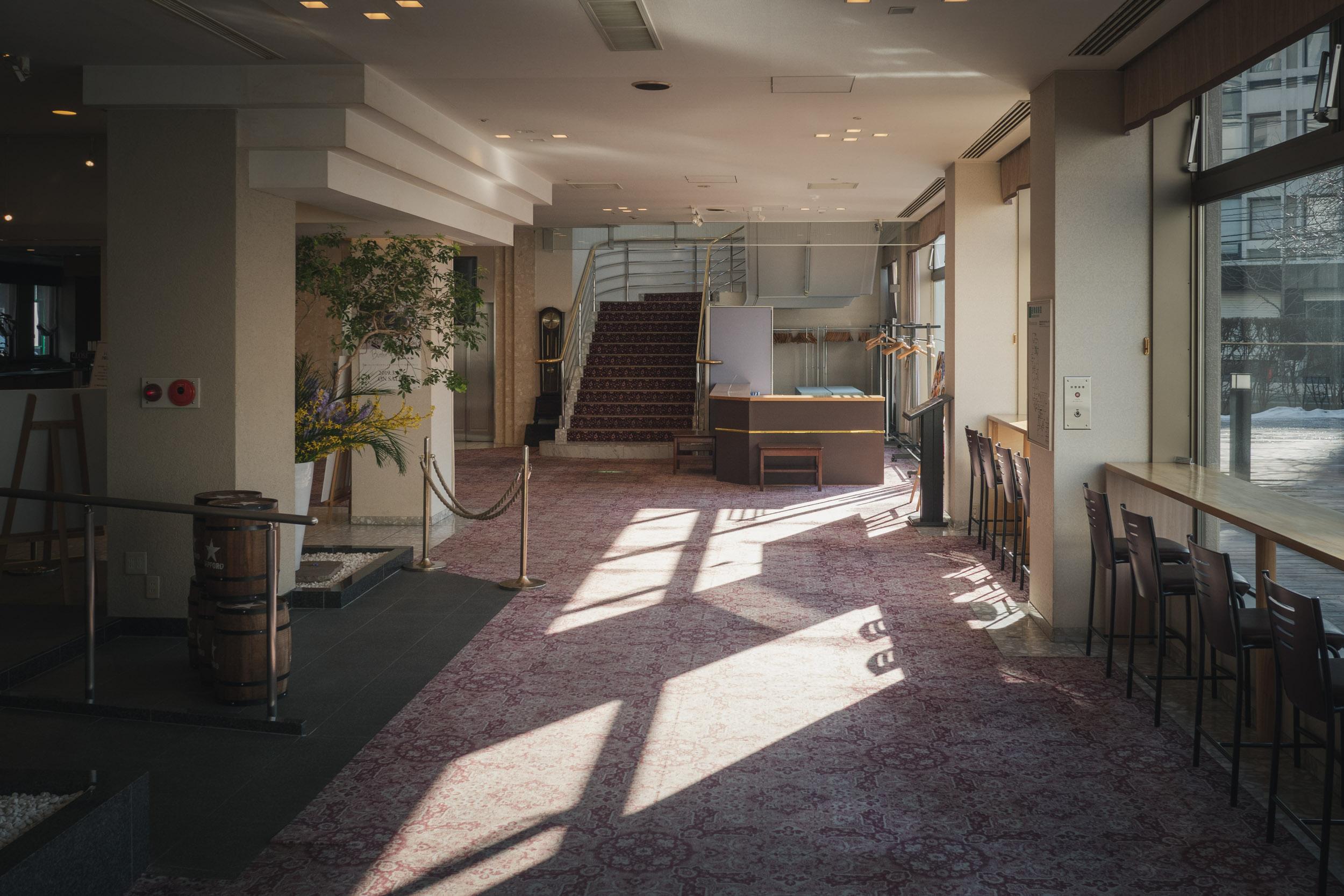 札幌第一ホテル バンケットからホールへと続く朝日射すアプローチ DMC-GX8 + LEICA DG 12-60mm