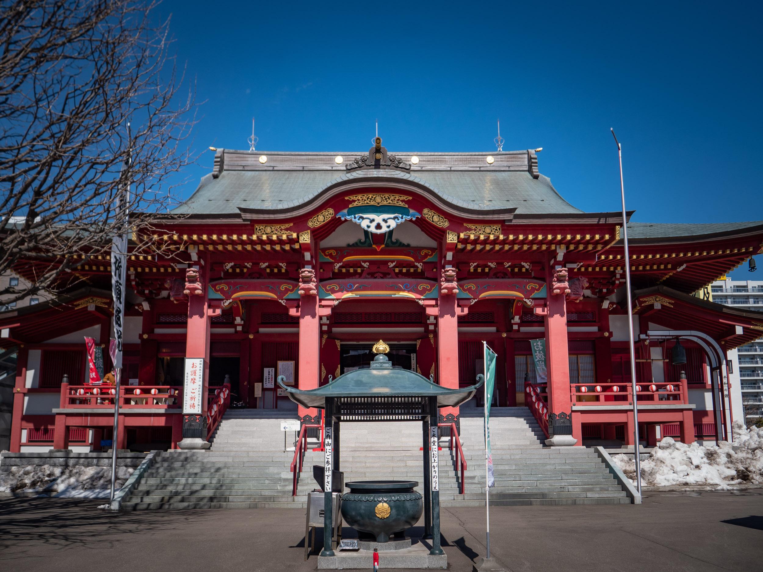 別院というよりビルの谷間別世界な成田山札幌別院新栄寺の門構え DMC-GX8 + LEICA DG 12-60mm