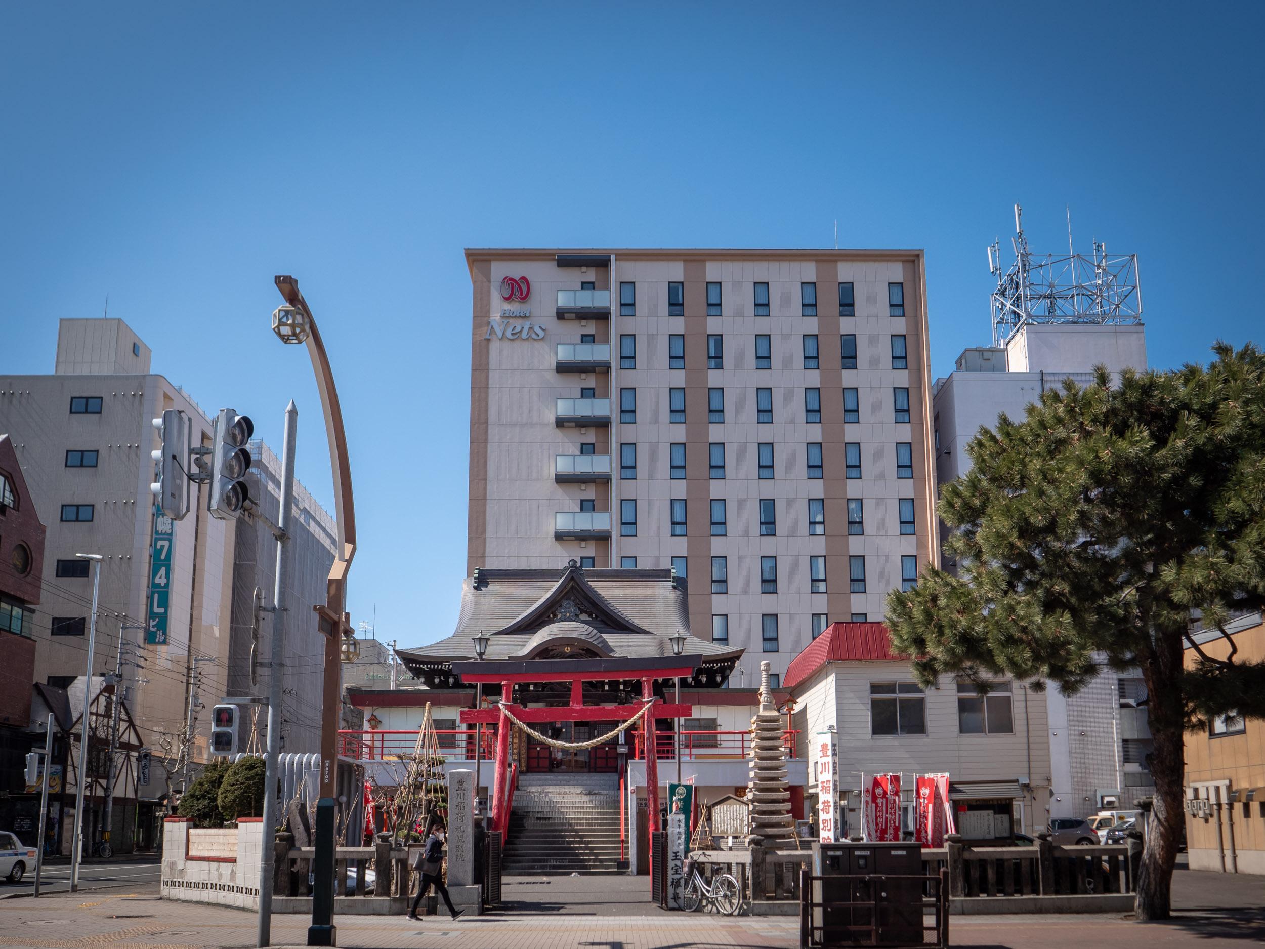ビルの谷間の異世界ゲートっぽい豊川稲荷札幌別院 DMC-GX8 + LEICA DG 12-60mm