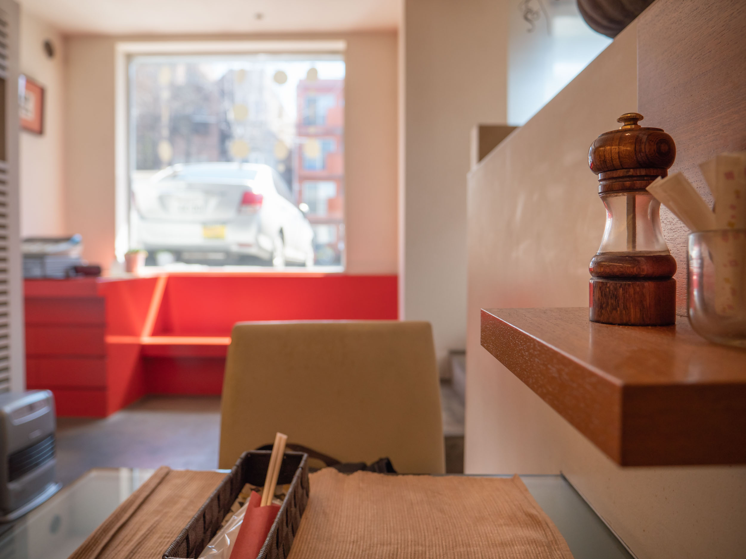 胡椒と爪楊枝などがチョコンと置いてある客席の脇の小さな棚 DMC-GX8 + LEICA DG 12-60mm