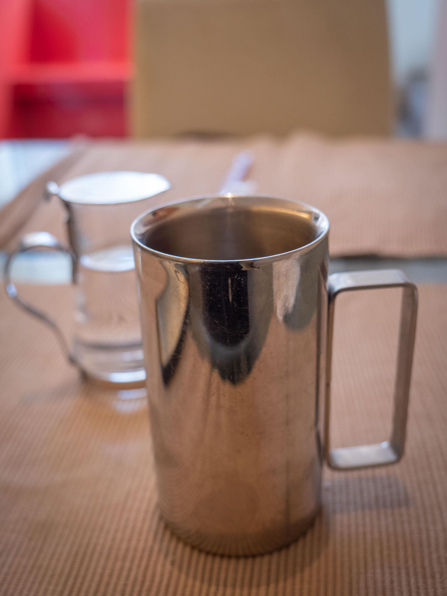 銀のカップで提供されるアイスコーヒーとシロップのポット DMC-GX8 + LEICA DG 12-60mm