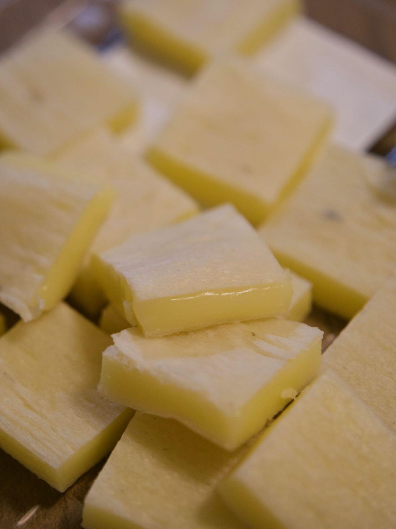 熟成チェダーチーズ、マジ旨い 撮影:DMC-GX8 + LEICA DG 12-60mm